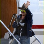 johnny-depp-leaves-australia-with-injured-hand-taped-up-04